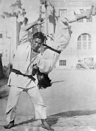 Bundesarchi Japan Jiu-Jitsu Kämpfer.jpg